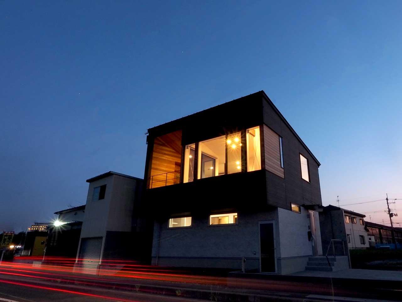 グリーンスタイル上沼デザイン住宅--外観斜め前-夜間撮影